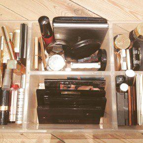 Lipstick, blush en oogschaduw samen in een handige organiser (Ikea)