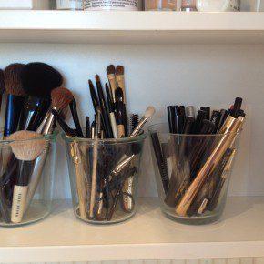 Make-upborstels, eyeliners, oogpotloden en mascara direct bij de hand in glazen potten