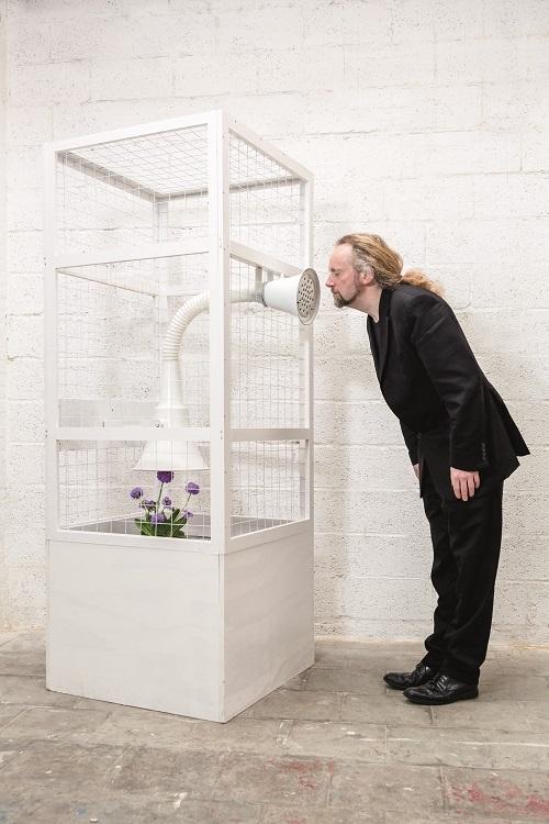 Peter de Cupere bij het werk 'Smell of a Stranger' door Frederick Buyckx
